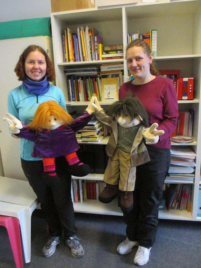 Специальные куклы. Можно вставлять руки в них и говорить на жестовом языке :)