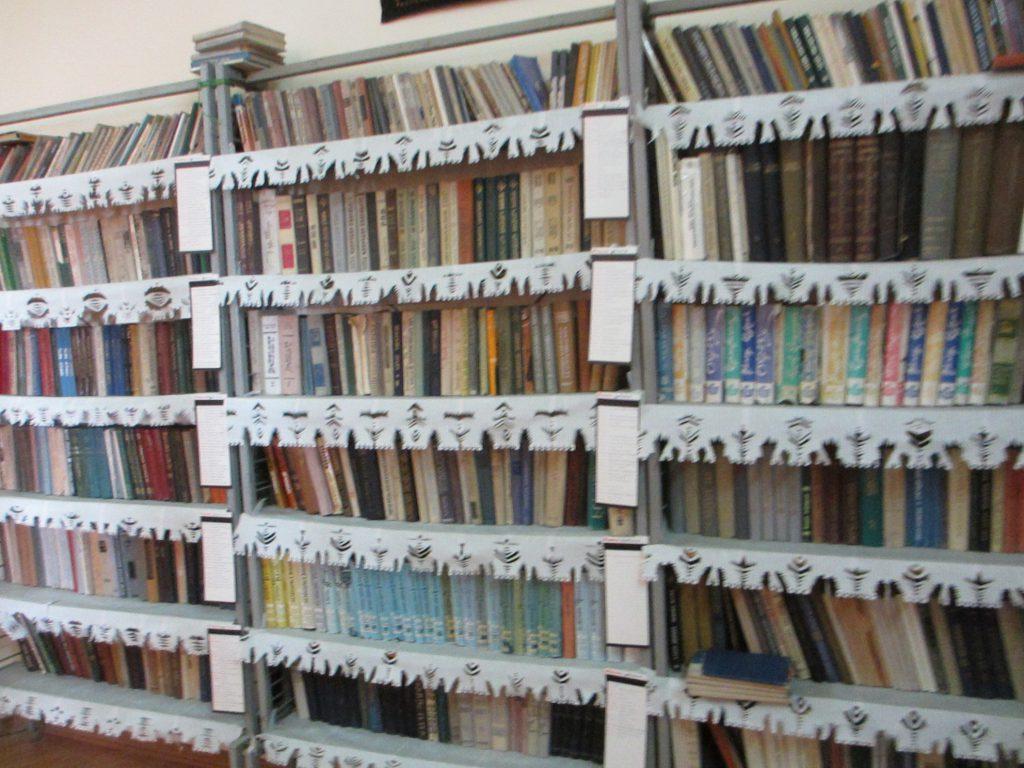 Библиотека. Все книги на армянском языке, также есть словари армянского жестового языка.