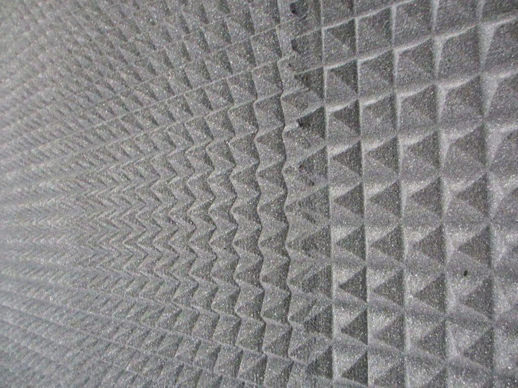 Стены со специальным мягким покрытием. Такое покрытие позволяет избежать отражения звука от стен и его искажения