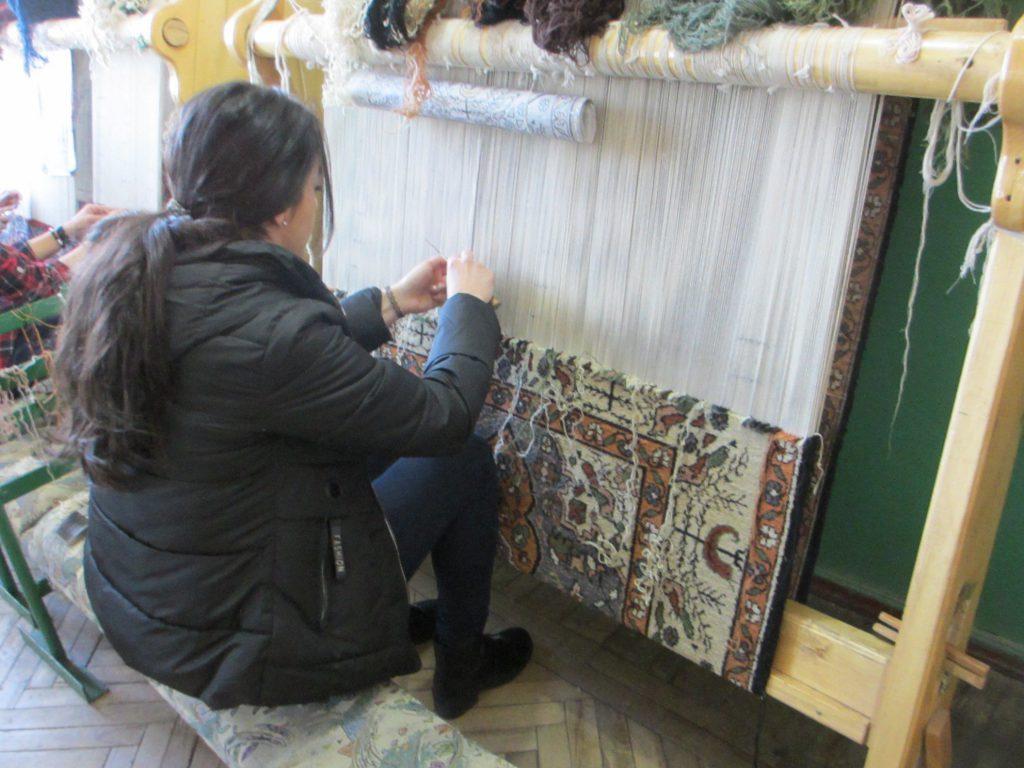Плетение ковров. На кусочек ковра размером 30х30 см уходит примерно год работы в рамках уроков.
