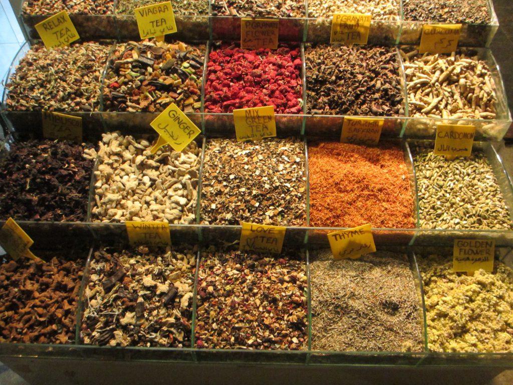 Разнообразие чая и специй на базаре
