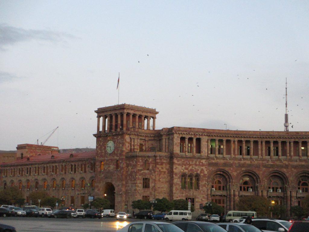 Здание правительства на площади Республики