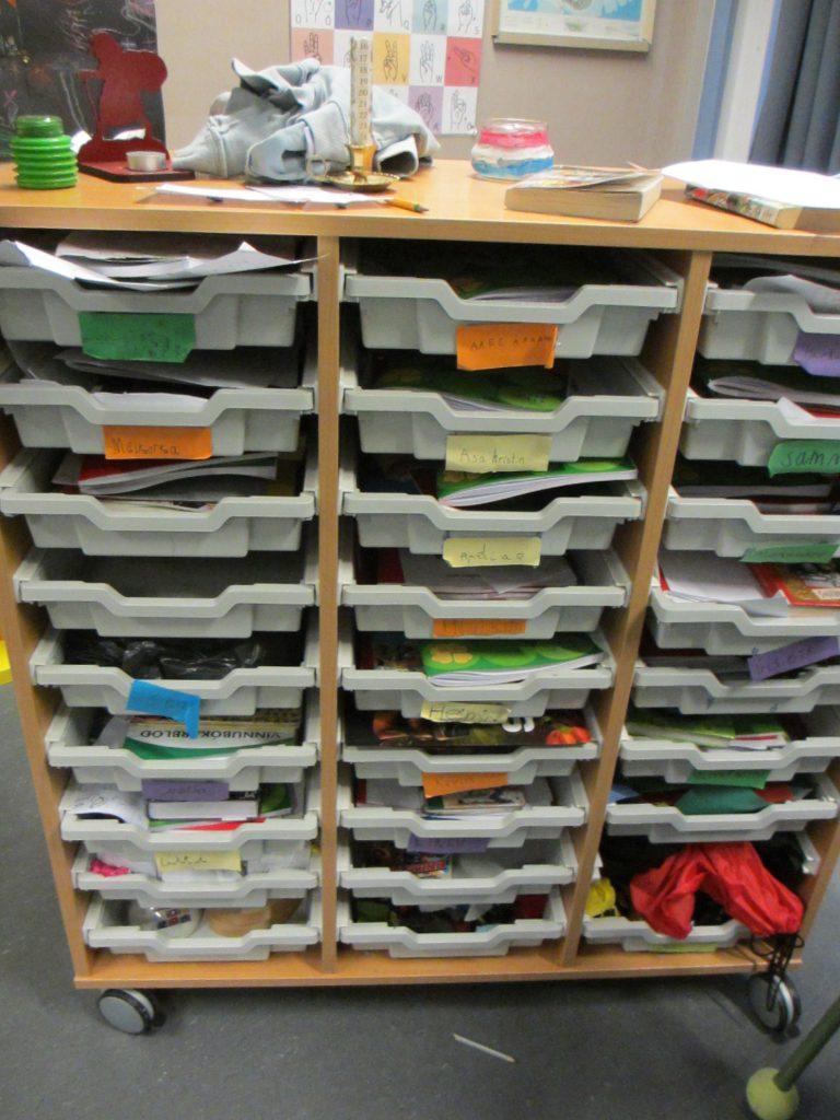 У каждого из учеников есть свой ящик для книг, учебников, тетрадей и т.д.