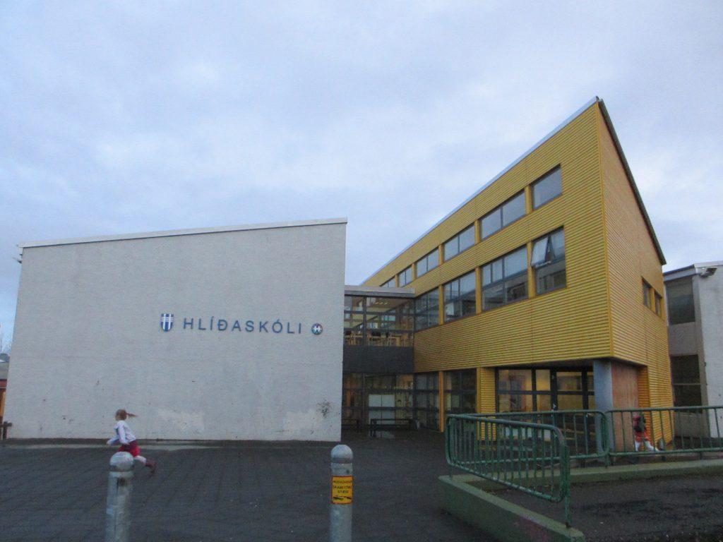 Школа снаружи