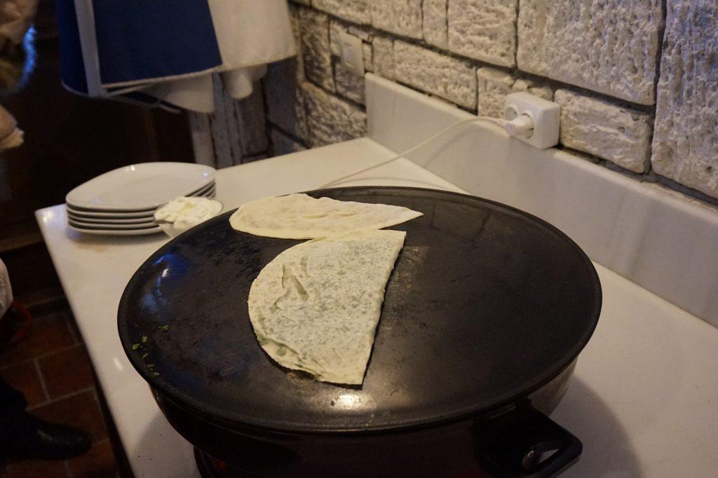 Приготовление кутабов - традиционной азербайджанской выпечки