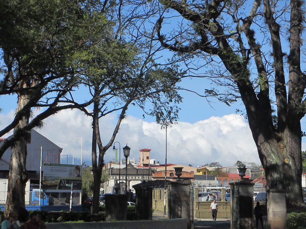 В городе совершенно невероятные облака и внезапные радуги!