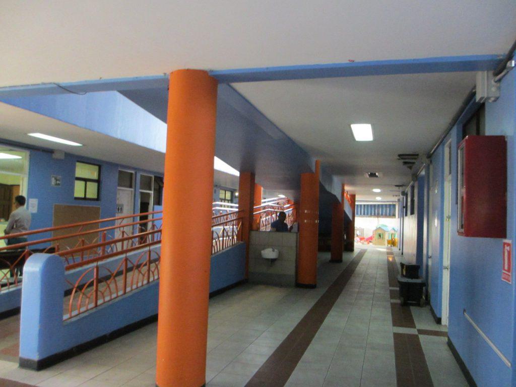 Первый этаж. Слева специальные пролеты для детей на инвалидных колясках