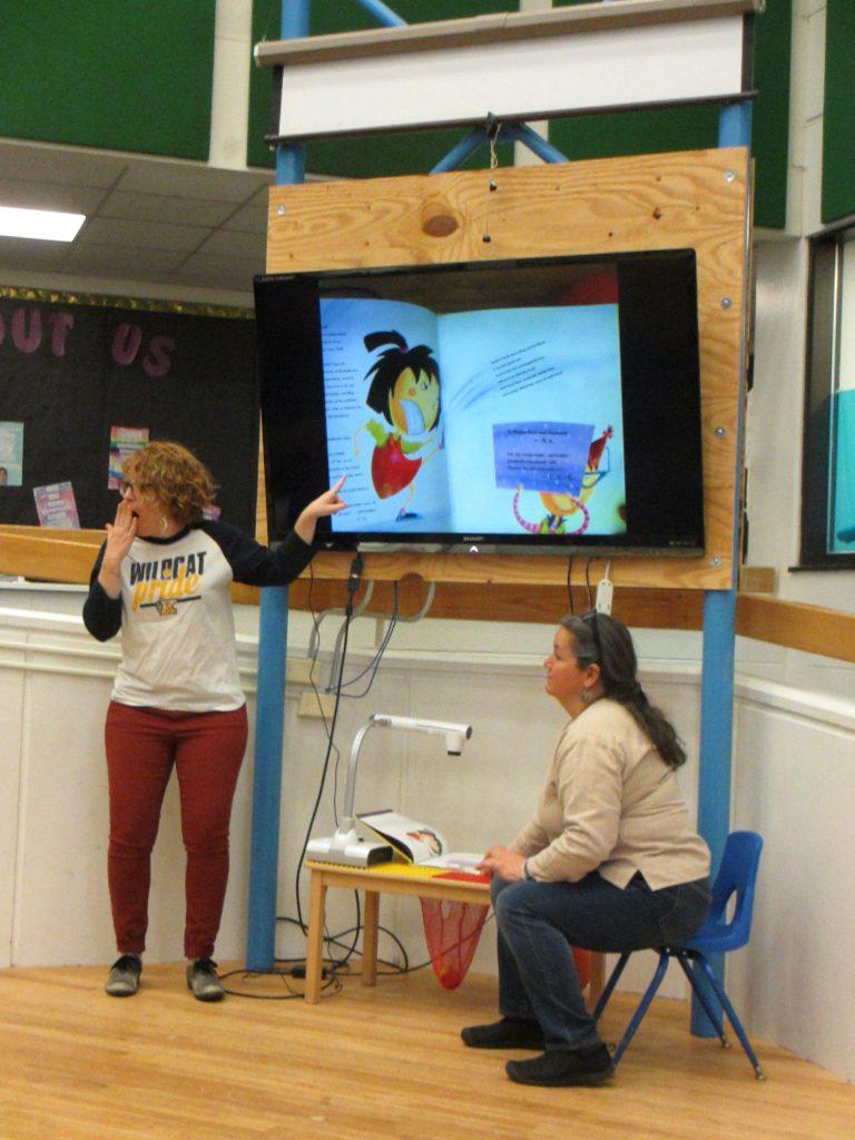 Коллективное чтение книги в детском саду =)  Внизу можно увидеть устройство, которое подсвечивает и транслирует книгу на экран