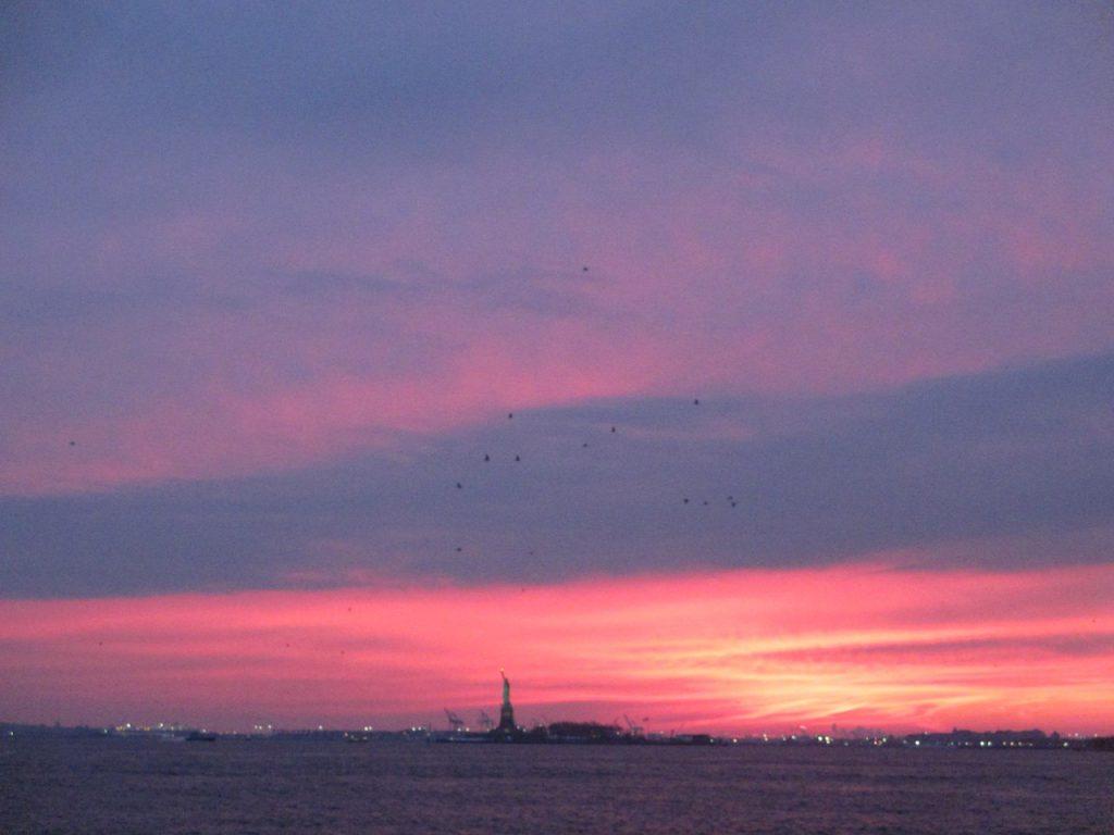 Закат над океаном. Вдалеке можно разглядеть Статую Свободы