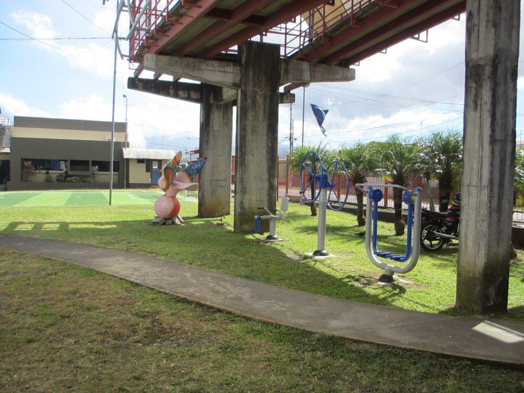 Игровая площадка во дворе школы