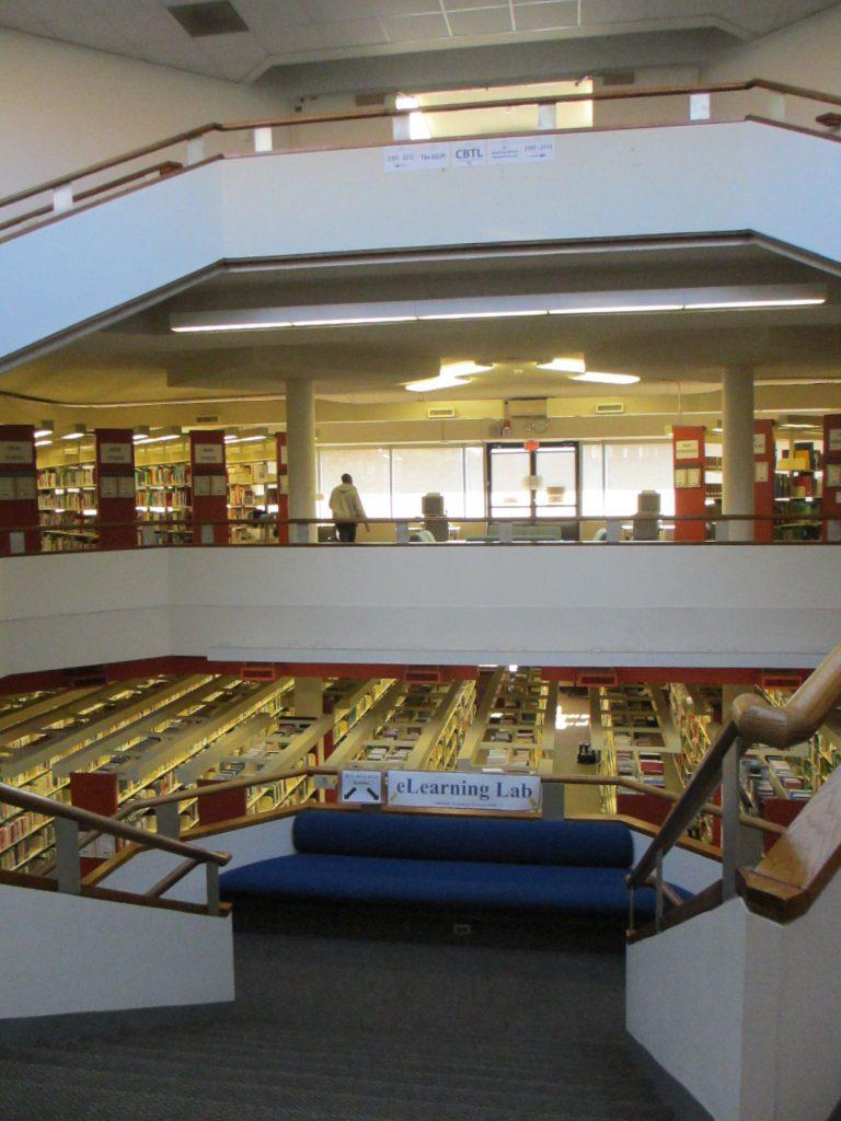 Библиотека.  Один из примеров deaf-space: этажи идут по кругу, низкие перегородки