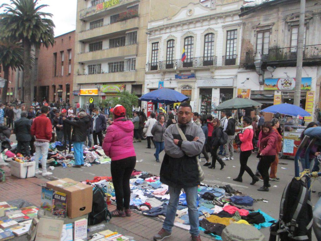 Одна из центральных улиц - большой рынок и полный хаос