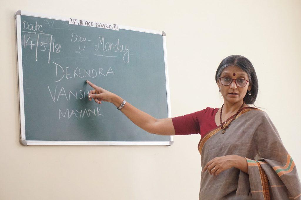 Учитель объясняет как подписать листочки с самостоятельной работой. Дети учатся писать свои имена - Путешествие дефектолога