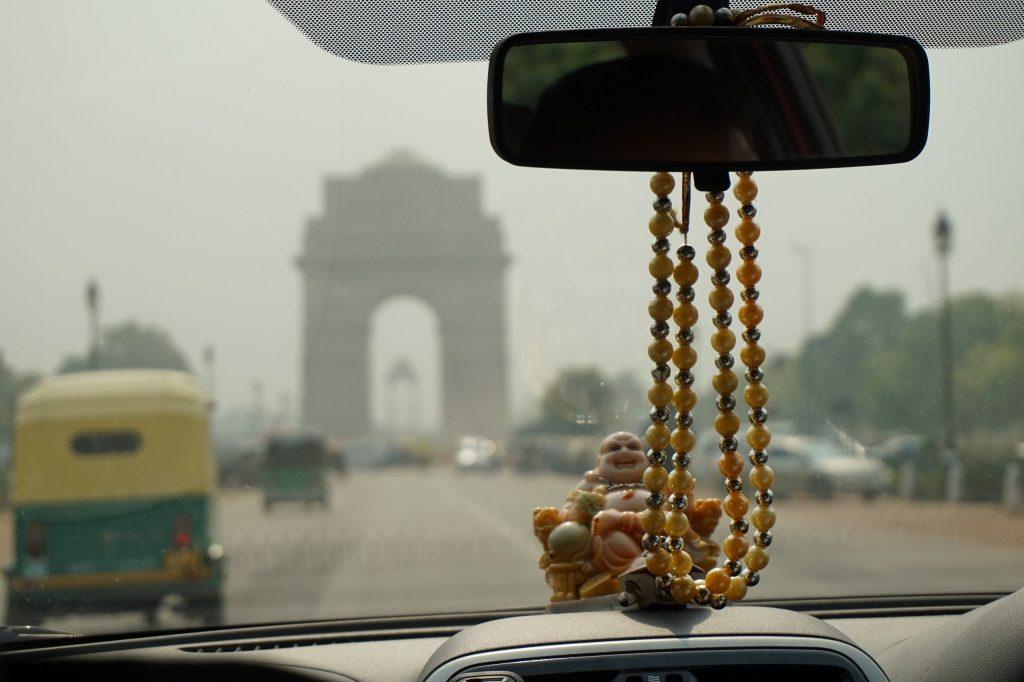 """Очень """"индийская"""" фотография, по-моему) Будда, четки, тук-тук и Индийские ворота впереди"""