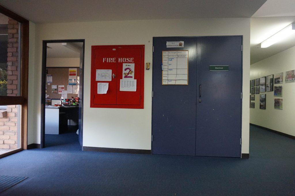 На стене табличка с информацией про автобус №2 — когда он отправляется и кто из детей на нем едет